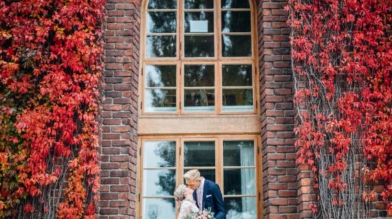 """""""Ulrika har en förmåga att smälta in, på ett positivt sätt, i ett sammanhang vilket gjorde att både vi och gäster kände oss väldigt bekväma. Det syntes tydligt på bilderna att alla var avslappnade och sig själva. Bilderna reflekterar stämningen som fanns under dagen väldigt bra. När vi nu efteråt tittar på bilderna så kommer man snabbt in i den känslan man hade under bröllopsdagen. Fantastiskt!"""""""