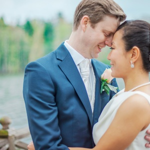 bröllop, bröllopsfotograf, Södertuna slott, vår, vitsippor, päls, borgerlig vigsel