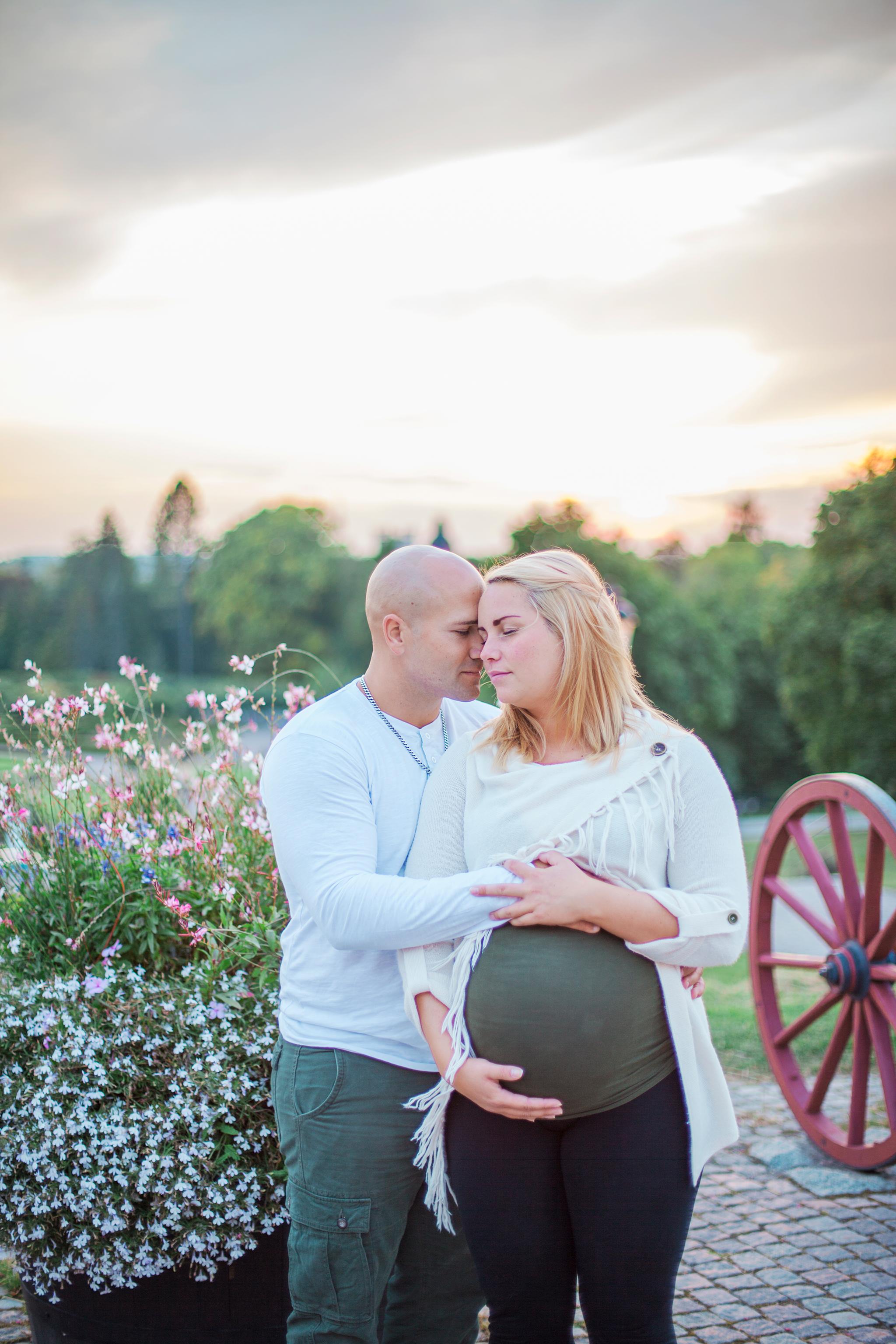 gravid, mamma, pappa, Uppsala, Uppsala botaniska trädgård. solnedgång, bebismage